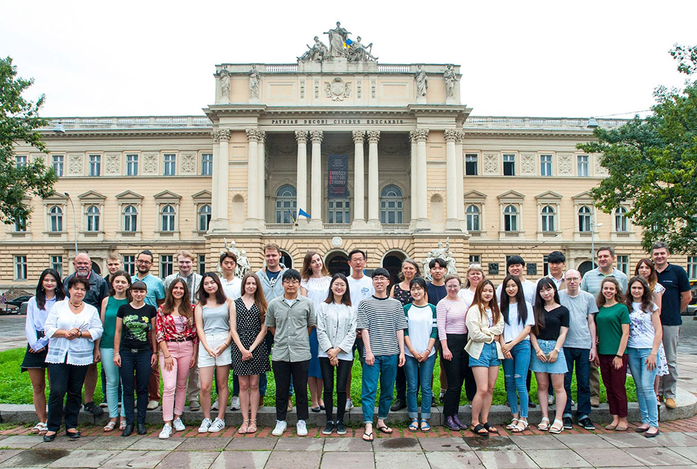 Учасники ХІІІ Міжнародної літньої школи з української мови і країнознавства